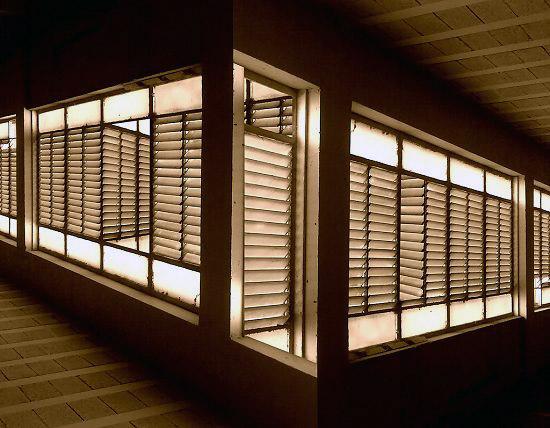 Eski jaluzili pencerelerdeki gariplik