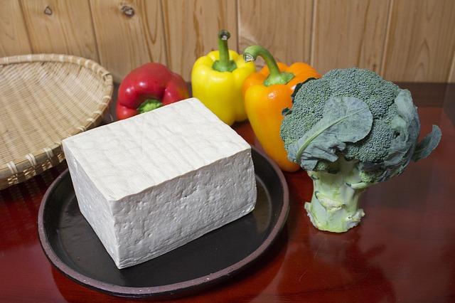 El tofu blanco reemplaza muy bien a la carne en la sopa miso