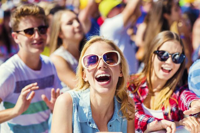 bawiąca się młodzież