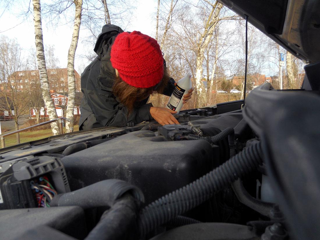 Fylla kylarvätska i motorn