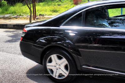 Presiden Joko Widodo di dalam mobil dinas kepresidenan.