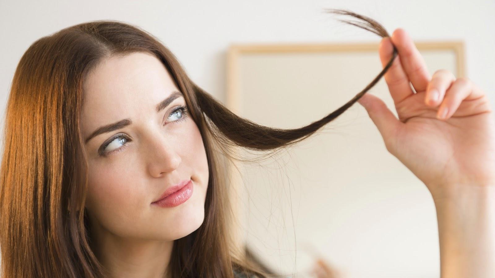 memotong bagian ujung rambut sebaiknya kamu lakukan di salon kenapa karena memiliki alat pemotong khusus yang tingkat ketajaman sesuai