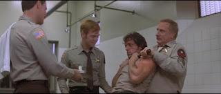 image du film rambo scene de rasage forcé de rambo par les shériffs