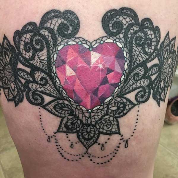 kalp mücevherli bacak dövmesi