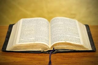 La 'Bibliomancia' es el nombre que se le da al abrir la Biblia en cualquier página y leer el primer pasaje que se encuentre