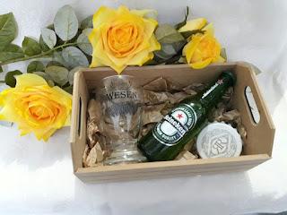 caixa de madeira para lembrancinhas de casamento com taças e abridor