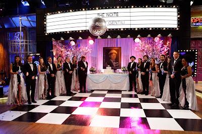 O elenco do programa compõe os 15 casais em cenário especial (Crédito: Gabriel Cardoso/SBT)