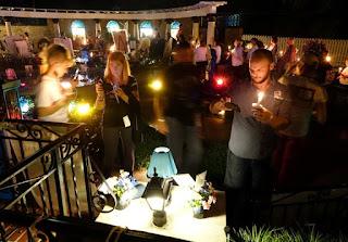 جمهور إلفيس بريسلي يجتمعون في غراسيلاند على ضوء الشموع لاحياء الذكرى ال 40 لوفاته