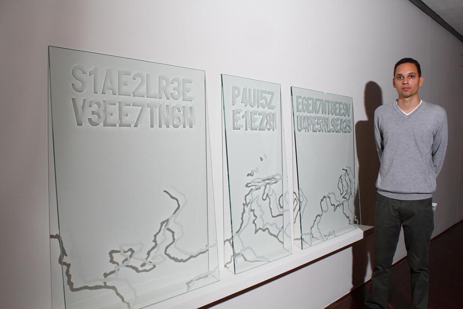 Fotografía del artista con su instalación Traslaciones tomada por el equipo de la FIA