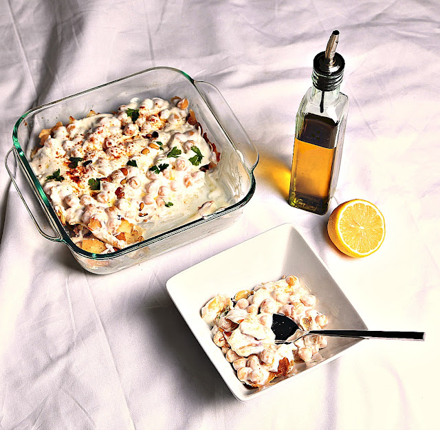 Fatet hommos in a platter with Lemon and olive oil Fatet Hommos Recipe