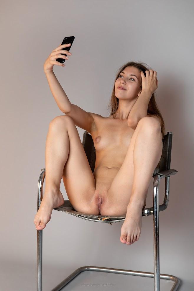 [Erotic-Art] Avery - Selfie Parade