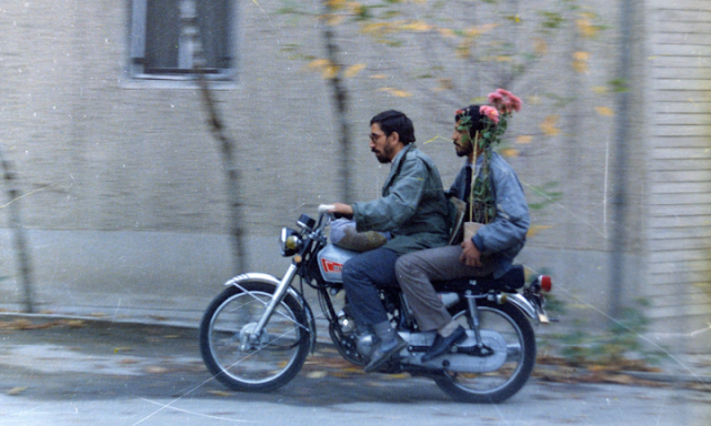 A still from Abbas Kiarostami's Close-Up, motorcycle scene