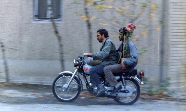A still from Abbas Kiarostami's Close-Up, motorcycle scene