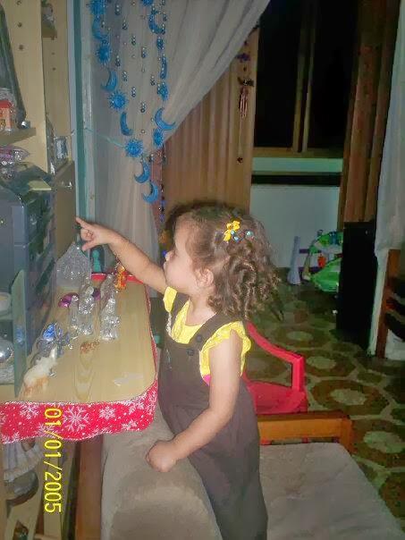Sophia hija arreglando los adornos