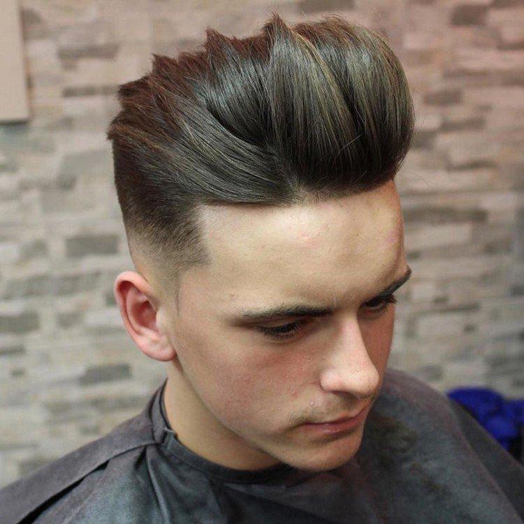 Même au fil du temps, le contraste entre les longueurs donne à la coiffure  un look stylé et élégant. Le volume peut être apporté par l\u0027application de  peu de