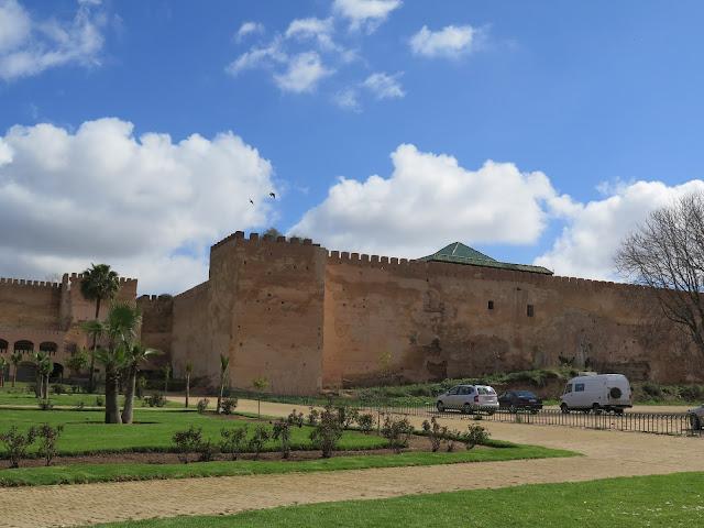 Aparcamiento junto a la muralla de la Ciudad Imperial de Meknes