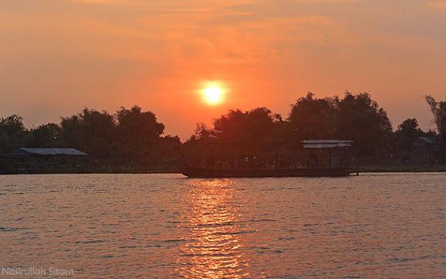 Pemandangan senja di sungai Brantas, Jombang