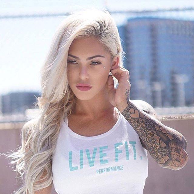 Espectaclar fotografia de una rubia tatuada en la azotea de un edificio en los Angeles California.