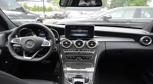 Bảng taplo Mercedes C300 AMG 2017 thiết kế nổi bật nhờ màn hình màu TFT 8-inch và các cánh cửa gió của Hệ thống điều hòa