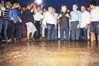 Com ministro e senadores paraibanos, águas chegam oficialmente a Boqueirão