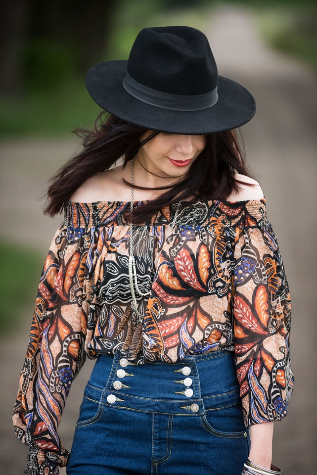 bluzka bez ramion | bluzka odsłaniająca ramiona | hiszpański dekolt jak nosić w stylu boho | boho stylizacja z bluzką bez ramion | dżinsy z wysokim stanem | stylizacja z kapeluszem | blogerka modowa | blog modowy