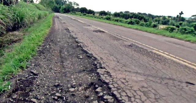 Rodovia PR-462, entre Roncador e Iretama. Cada dia pior!