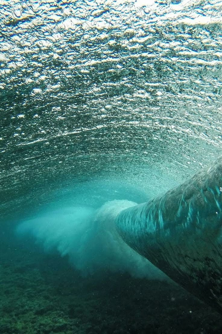 Gran onada vista des de sota de l'aigua.