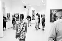 """Fotografia odklejona na pokonkursowej wystawie """"Cyberfoto 2018"""" w katowickiej Galerii ZPAF."""