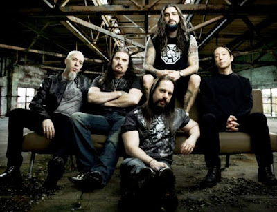 Foto de Dream Theater posando sentados