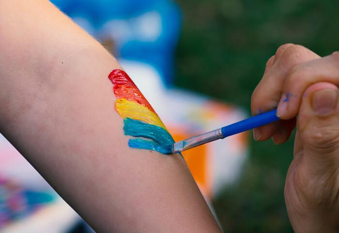arco-iris-sendo-pintado-no-braço