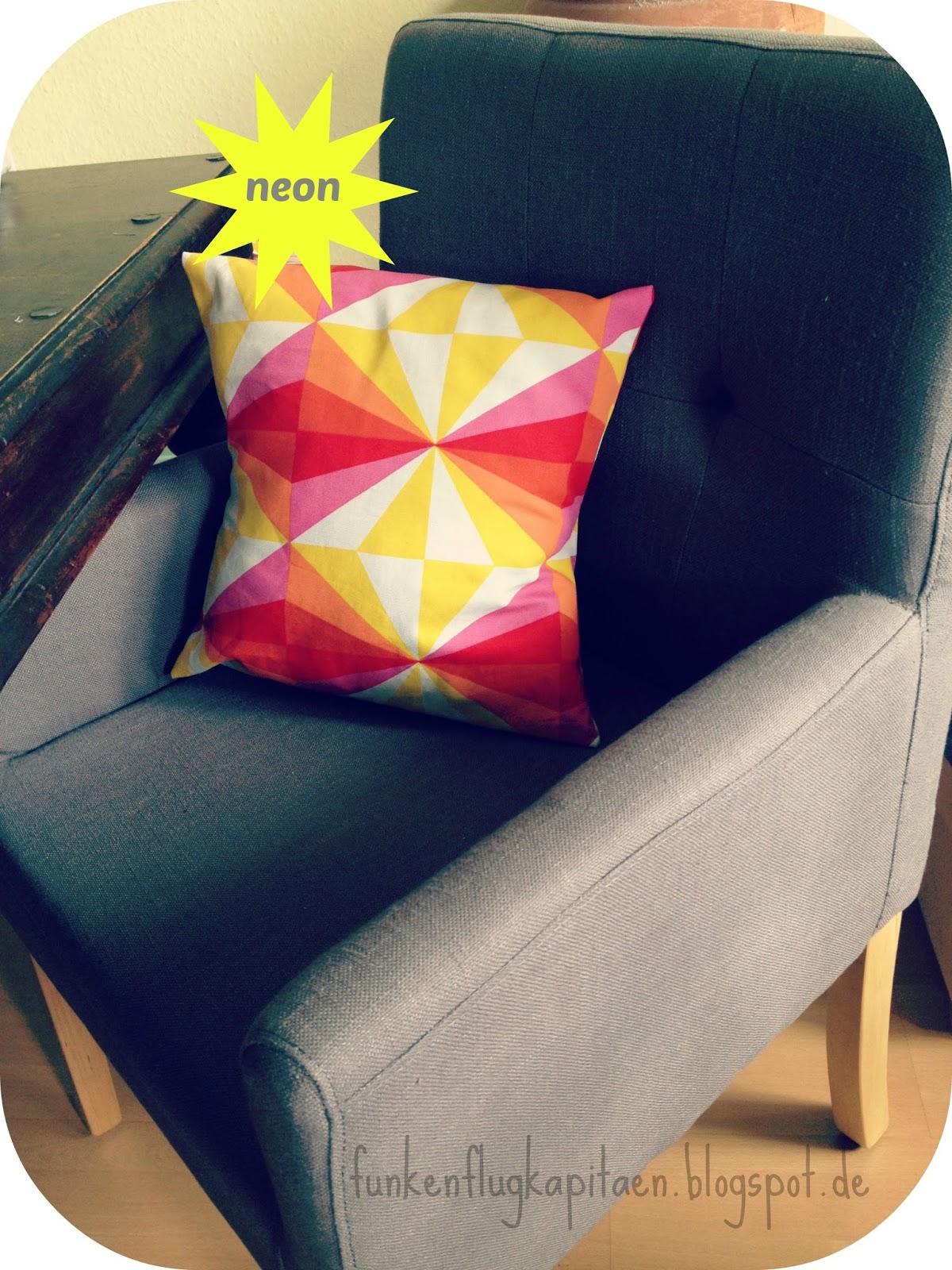 funkenflugkapit n geometrisches muster auf der kissenh lle aus baumwolle. Black Bedroom Furniture Sets. Home Design Ideas