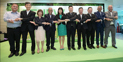 Source: StarHub. From left: Lim Chiew Yeow, Best Denki representative; Tay; Singapore Senior Minister of State, Dr Amy Khor; Singapore Minister for the Environment and Water Resources, Masagos Zulkifli; Ong; Ben Tan, COURTS Country CEO for Singapore, Danny Teo, Executive Chairman and founder of Gain City, Neo, Kenneth Aruldoss, Asia MD, Harvey Norman, and Steele.