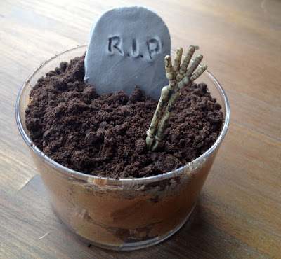 Halloween DIY: graveyard chocolat mousse