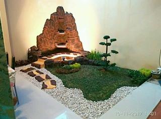 taman kecil dengan dekorasi tebing