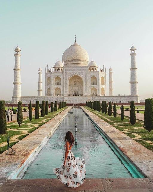 Taj Mahal là một lăng mộ nằm tại vùng Agra của Ấn Độ. Nơi đây được vua Shah Jahan xây dựng vào thế kỷ 17 dành cho người vợ quá cố của ông và hiện nay được UNESCO liệt vào danh sách 1 trong 7 kỳ quan mới của thế giới.