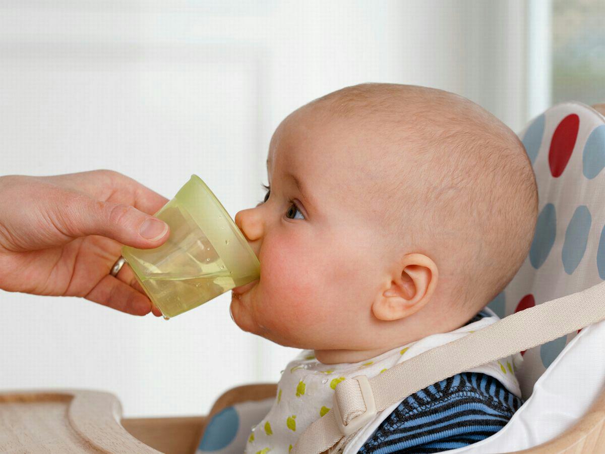 bahaya minum air suam dekat baby