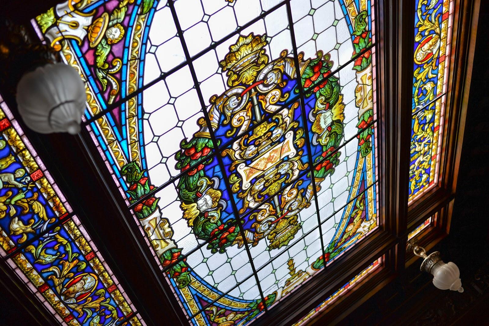 vidriera stained glass window leon spain museo museum emigracion leonesa corona coronita beer