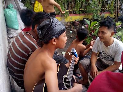 Anak Jalanan bernyanyi dengan senang hati