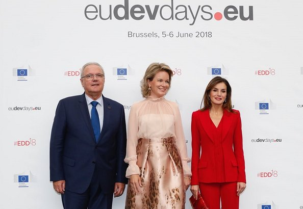 Queen Letizia wore Roberto Torretta suit from Fall Winter 2017-2018 collection. Queen Mathilde wore Natan floral print skirt and silk blouse