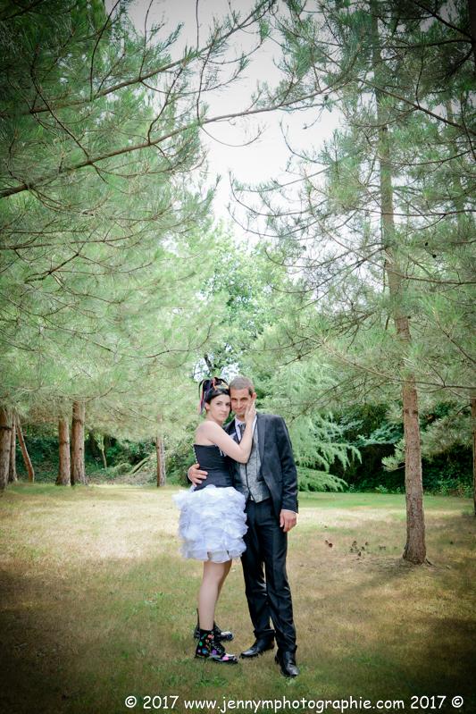 portraits des mariés dans la forêt de pins photo couple mariage