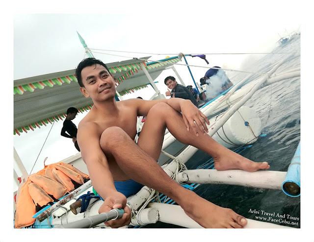 FaceCebu Author, Mark Monta with PhotoBomber Jess at Pescador, Moalboal Cebu