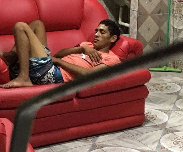 Jovem invade casa para furtar, mas acaba dormindo em sofá e é acordado pela polícia