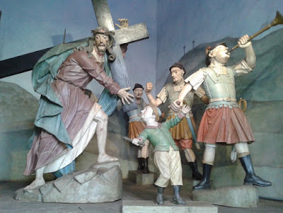 Cenas da Via Sacra - Cristo Carregando a Cruz