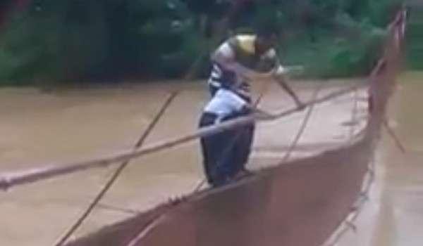 [Video] Bapa sengaja Gadai Nyawa Anak Lalui Jambatan Rosak, Ibu Tukang Tular