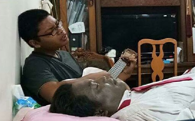 Mengharukan, Anak Ini Bernyanyi dan Bermain Gitar Sendiri di Samping Mayat Ayahnya