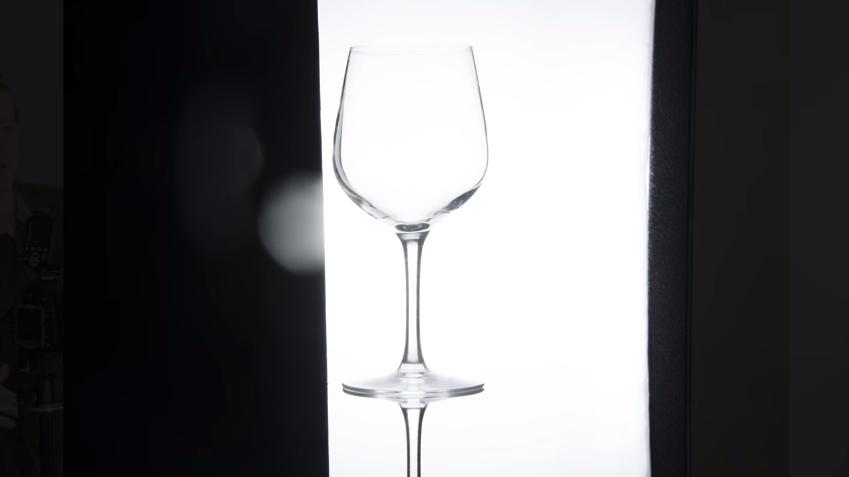 Установка стеклянного бокала один на другой для создания эффекта отражения