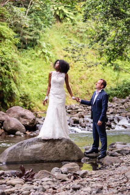 Rivière Corossol guadeloupe les mariés posent au milieu de l'eau