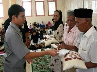 Image result for orang miskin diberi zakat