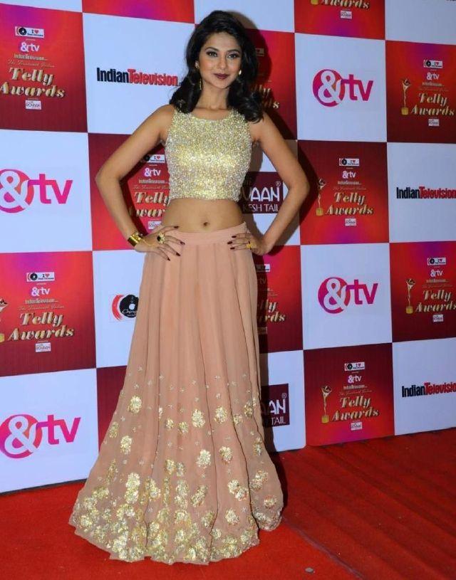 Hindi TV Actress Jennifer Winget Hip Navel Show In Pink ...