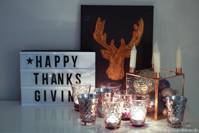 Auf einer Lightbox steht Thanksgiving. Diese steht auf einem Sideboard. Dazu sind Facettengläser von Tine K sowie ein Kubus arrangiert.